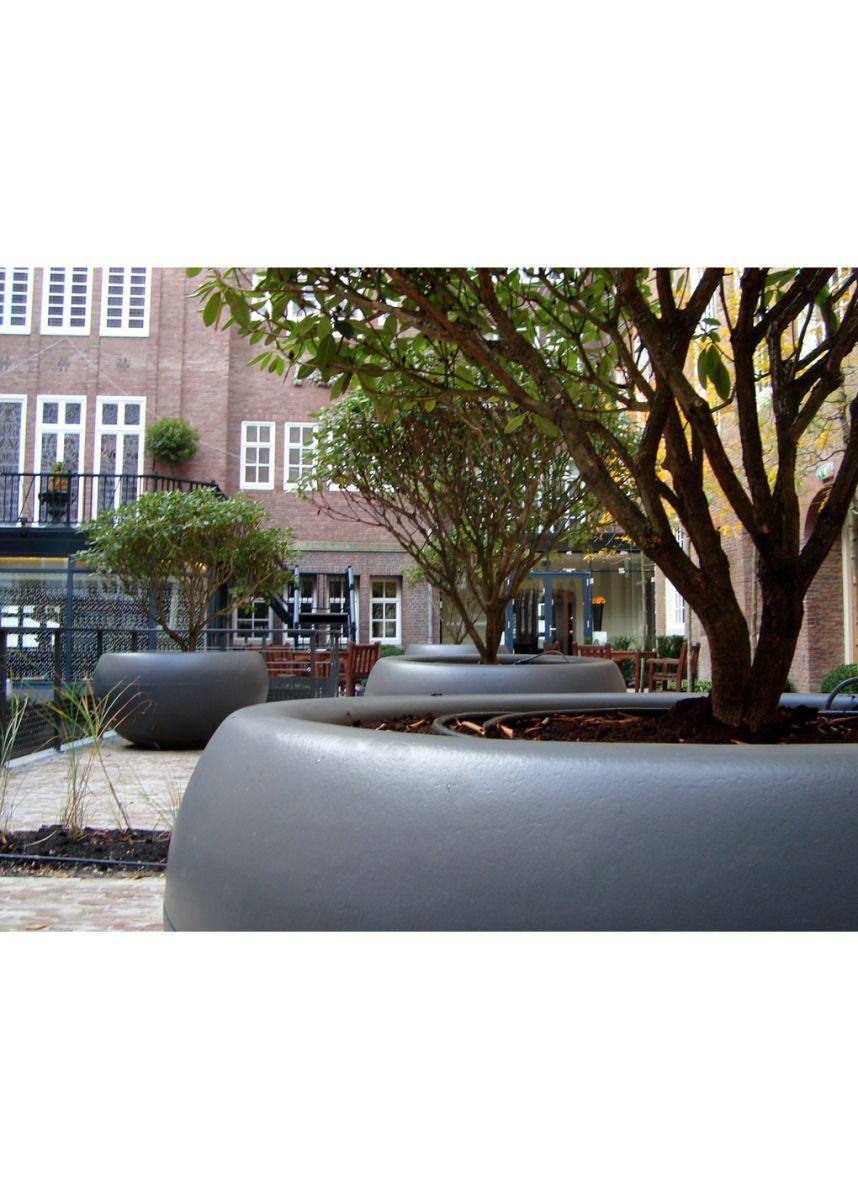 Huge tree planter with internal reservoir