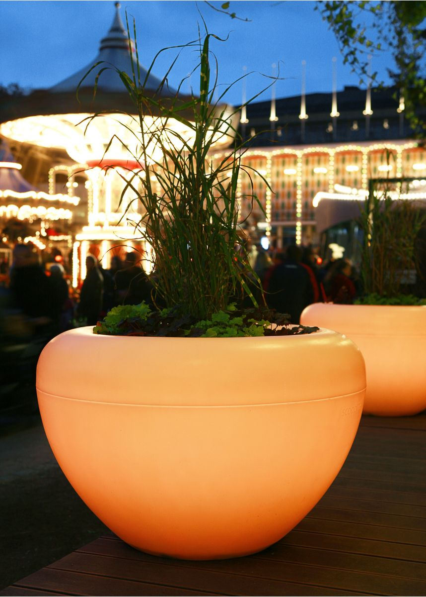 Lit Scoop Moonlight Planter Outside