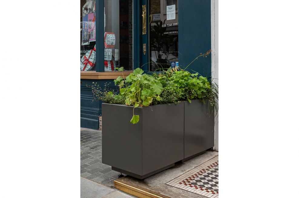 Planters with adjustable feet
