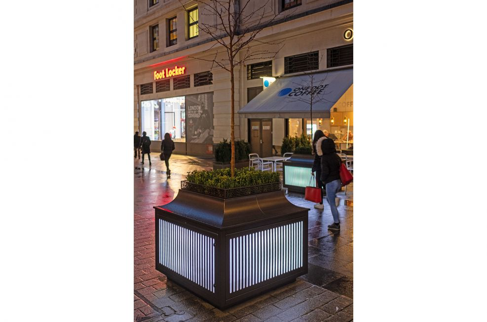 Illuminated planters with no power access