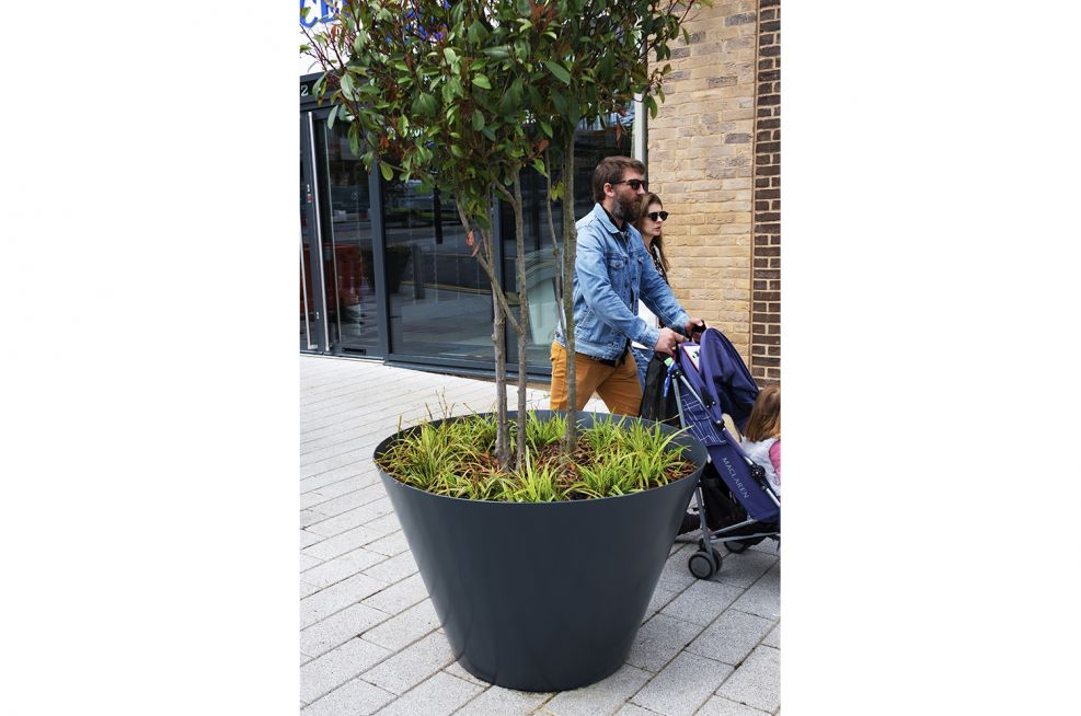 Rimless steel planters for public spaces