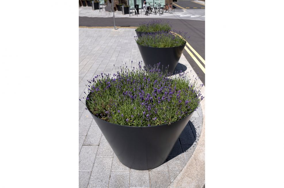 Steel flared planters with rimless finish